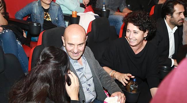 Foça'da çekilen 'Mucize 2:Aşk' filminin İzmir galasına oyuncu akını