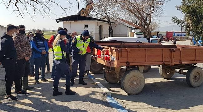 Foça jandarmadan çiftçilere reflektör ve güvenli traktör kullanımı eğitimi