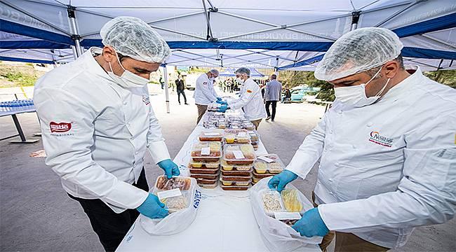 Dayanışma büyüyor: İzmirliler 10 bin iftar yemeğini ihtiyaç sahiplerine bağışladı