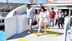 İZDENİZ'in Yaz sezonu ilk deniz seferi yolcuları Foça İskelede karşılandı…