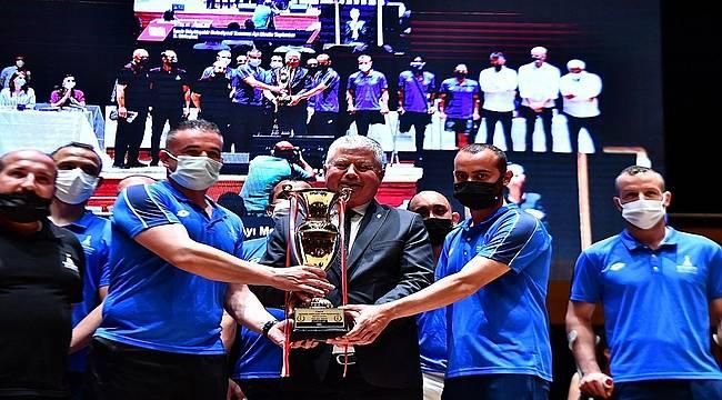 İzmir Büyükşehir Belediye Meclisi'nde çifte kupa gururu