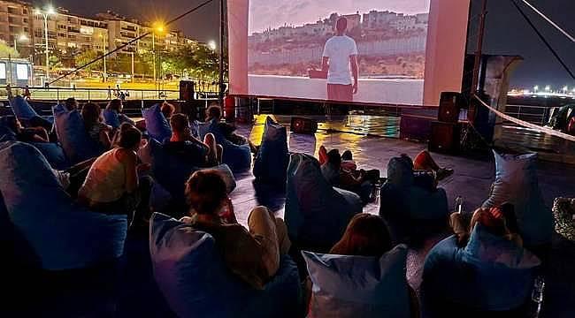 İzmirliler denizde sinemayı sevdi